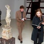 Pirma iš kairės- menotyrininkė dr. Virginija Vitkienė, antras iš kairės- prancūzų kuratorius Nicolas Bourriaud, trečia iš kairės- parodos kuratorė Julija Čistiakova