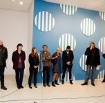 Pirmas iš kairės- menininkas Juozas Laivys, antra iš kairės- menininkė Kristina Inčiūraitė, trečia iš kairės- parodos kuratorė Julija Čistiakova, ketvirtas iš kairės- menininkas Wilfrid Almendra, penkti iš kairės- menininkai S&P Stanikas, šeštas iš kairės- parodos kuratorius Ignas Kazakevičius, septintas iš kairės-parodos kuratorius dr. Vidas Poškus
