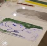"""Kūrybinis užsiėmimas šeimoms su vaikais ir jaunimui """"Jungtis"""". Chromatinės monotipijos atspaudai."""