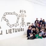 Vyduno_gimnazijos_moksleiviai_prie_instaliacijos_100_mitu_Lietuvai.jpg